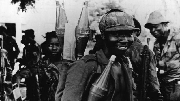Rebeldes en Angola con armamento soviético.