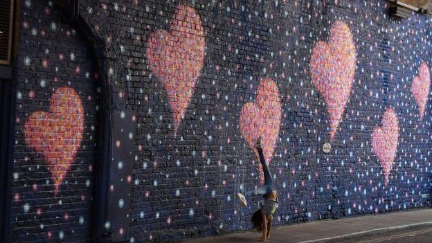 گرافیتی در یکی از زیرگذرهای منطقه لاندن بریج، به یادبود کشته شدگان حمله سال گذشته در این محله از لندن.
