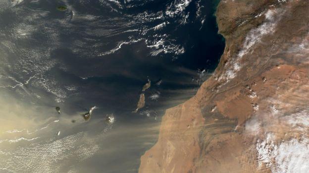 صورة بالأقمار الاصطناعية لعاصفة رملية قادمة من الصحراء الأفريقية عبر المحيط الأطلسي