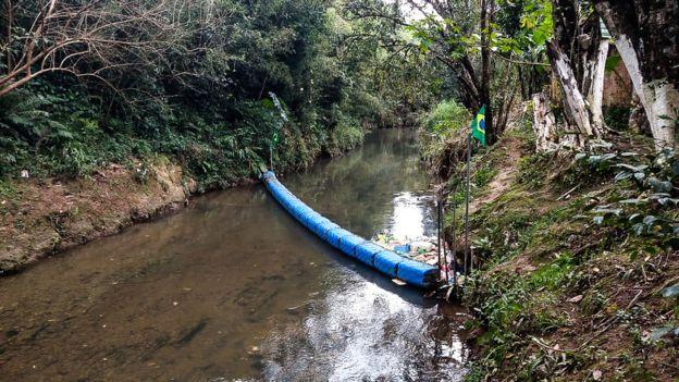 """A """"ecobarreira"""" construída por Diego no rio Atuba"""