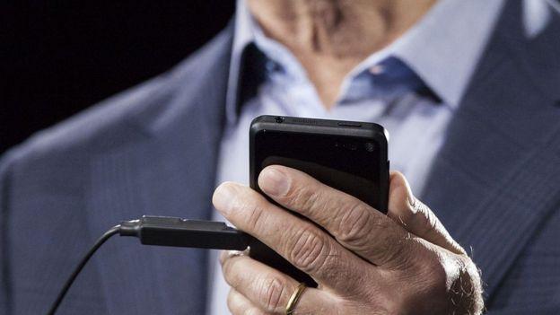 Jeff Bezos sosteniendo un teléfono, 2014