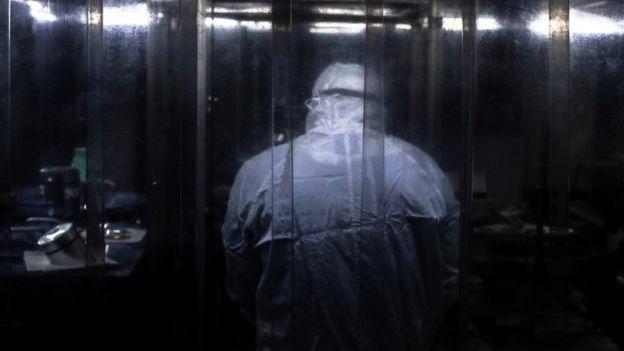 Funcionário da Fiocruz trabalha na produção de vacinas