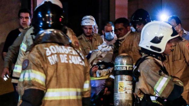 Bombeiros trabalham no resgate das vítimas