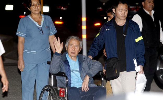 Alberto Fujimori, accompanied by his son Kenji Fujimori, leaves the hospital in Lima, 5 January 2018