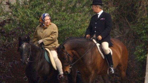 Rainha monta a cavalo em Windsor