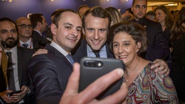 Emmanuel Macron chụp selfie với khách tại dạ tiệc hàng năm của Hội người Do thái Pháp ở Paris tháng 2/2017