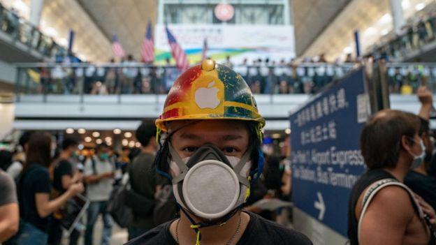 Manifestante en el aeropuerto