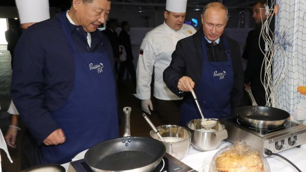 習近平與普京親自下廚弄薄煎餅,佐以伏特加。
