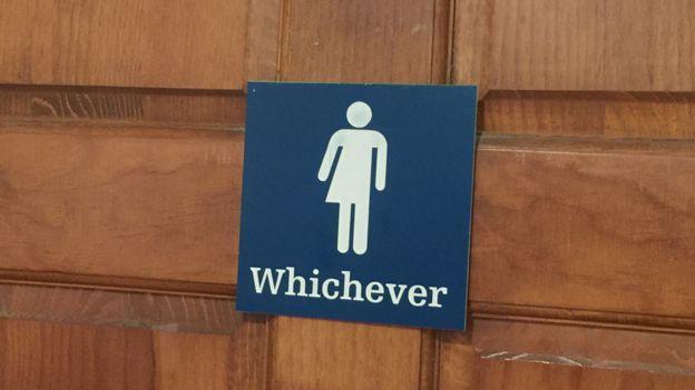 Cartel en la entrada de un baño en San Francisco