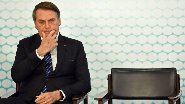 Bolsonaro sentado em cadeira durante evento
