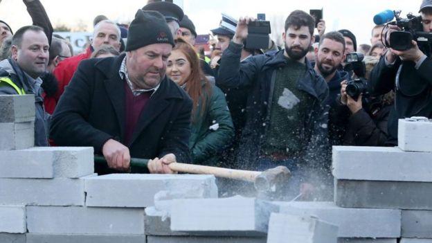 Manifestantes rompen un muro en Irlanda