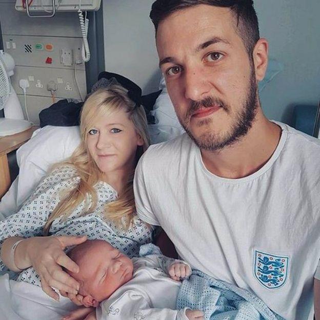 Connie Yates y Chris Gard junto a su bebé, Charlie Gard.