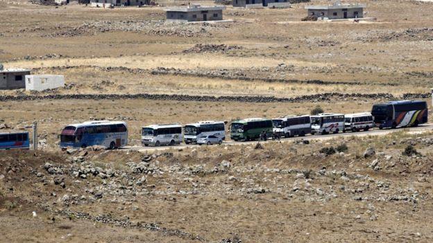 Rebeldes y sus familias fueron evacuados de la ciudad de al-Qahtaniah a través de la parte siria de los Altos del Golán.