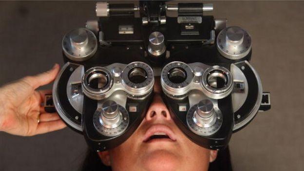 Mulher sendo consultada por oftalmologista