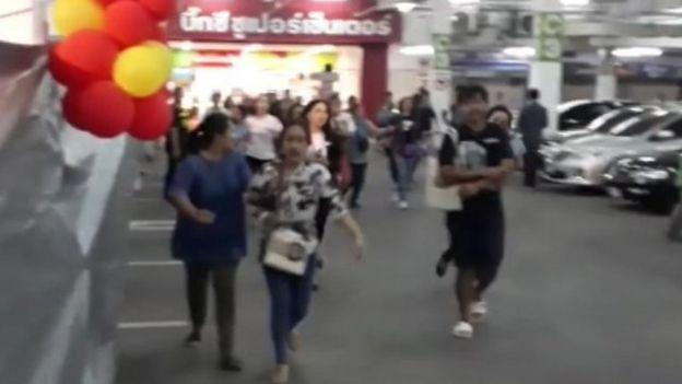 Gente huyendo