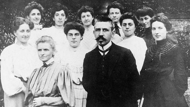 Marie Curie, Paul Langevin e um grupo de mulheres em 1910