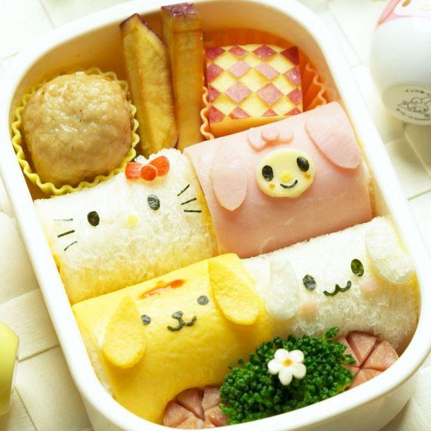 Một hộp kyara-ben bento không dùng cơm mà gồm các miếng bánh sandwich.