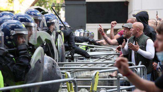 На Уайтхолле манифестанты вступили в стычки с полицией