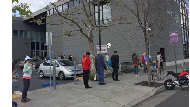 Người xếp hàng trước siêu thị Berkeley Bowl
