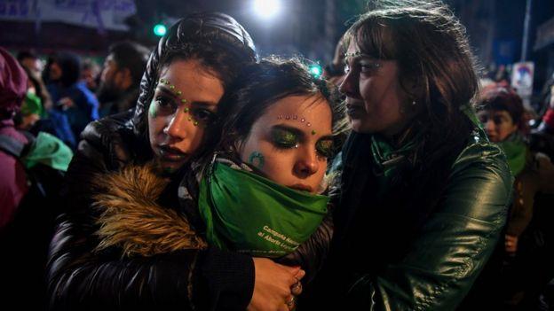 mulheres se consolam após proposta ser derrubada pelo Senado na Argentina