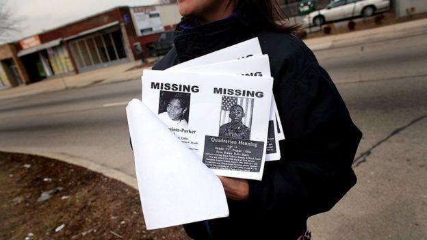 Una mujer con volantes de niños perdidos