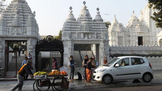 Auto frente a templo
