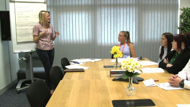 Nicola Sharp-Jeffs entrena a personal del banco Lloyds sobrec ómo detectar señales de abuso económico.
