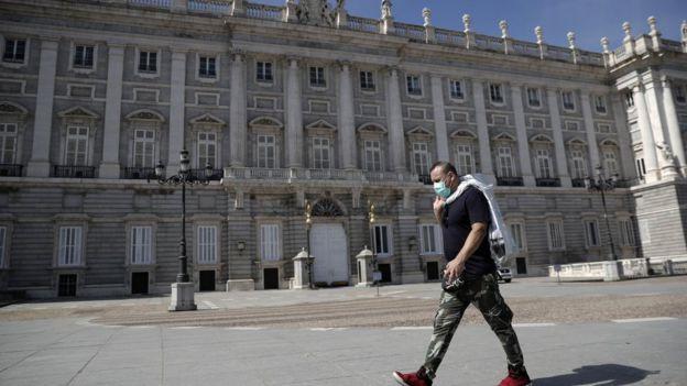 Hombre con mascarilla en Madrid.