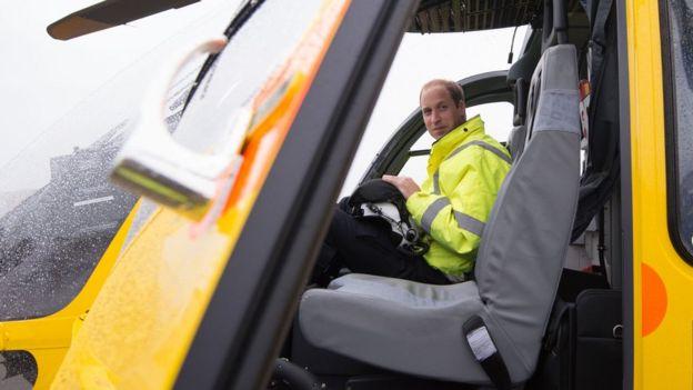 Принц Уильям завершит работу пилота вертолёта ночной сменой. https://ichef.bbci.co.uk/news/624/cpsprodpb/17F15/production/_97096089_hi040807486.jpg