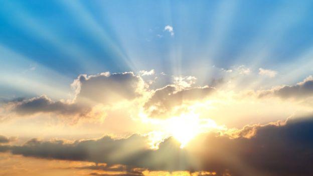 Rayos de luz saliendo entre las nubes