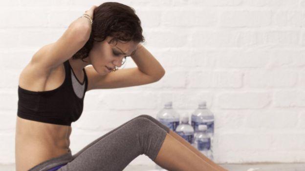 Una mujer haciendo abdominales