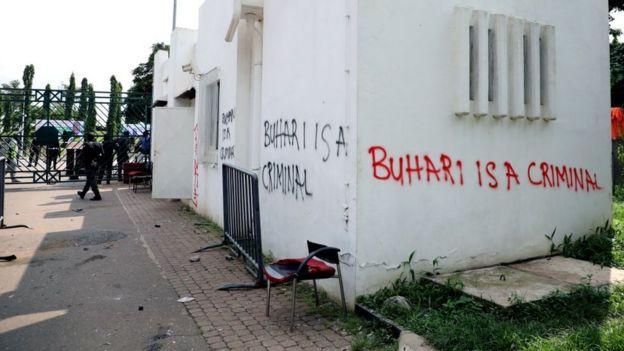 """مبنى كُتب عليه """"بخاري مجرم"""""""