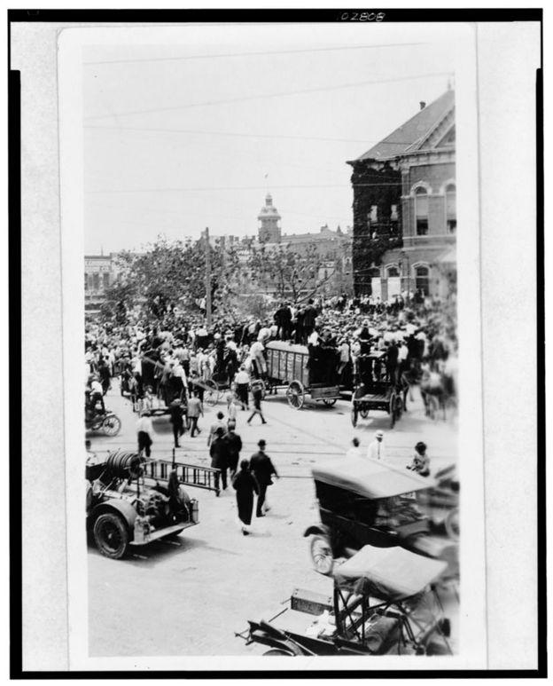Multidão se reúne em Waco, no Texas, para acompanhar linchamento de adolescente negro, em 1916