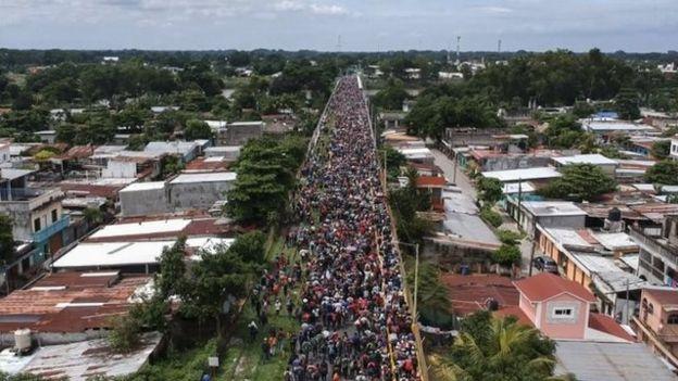 Miles de migrantes