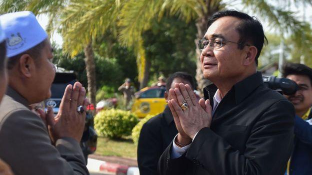 El primer ministro tailandés, Prayut Chan-O-Cha (der.), saluda a funcionarios religiosos musulmanes durante una visita en la provincia de Narathiwat, en el sur de Tailandia, el 20 de enero de 2020 para celebrar una reunión de gabinete.