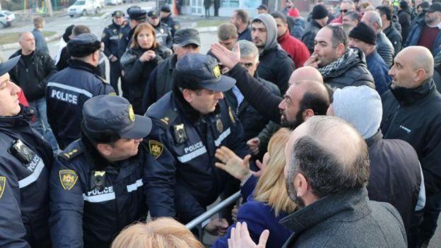 Поліція і учасники акції протесту