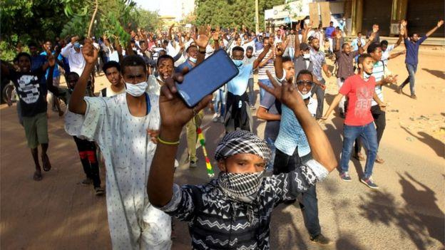مظاهرات السودان: البشير يقيل وزير الصحة وسط دعوات لمسيرة حاشدة إلى القصر الرئاسي