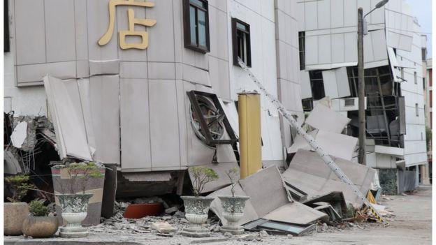 地震后统帅大饭店门口的门窗,其实是第4层的门窗。