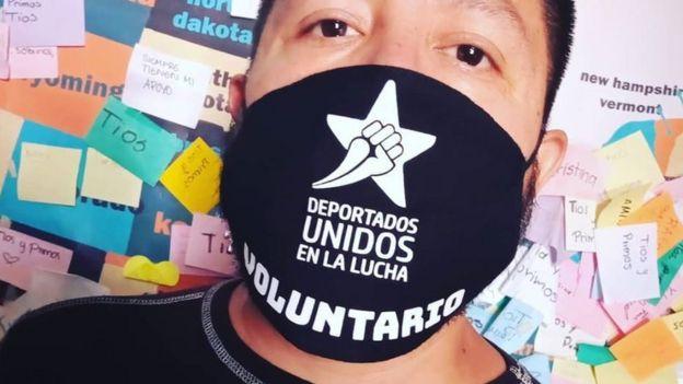 Hombre usando una mascarilla de Deportados Brand.