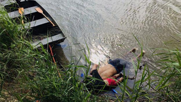 Os corpos de Óscar e Valeria, pai e filha que se afogaram ao tentar atravessar rio para os EUA