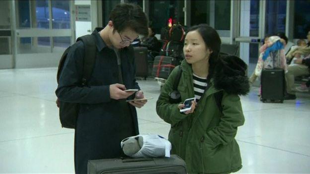 Dos pasajeros del vuelo MU736 de China Eastern en el aeropuerto de Sídney, Australia, después de aterrizar de emergencia.