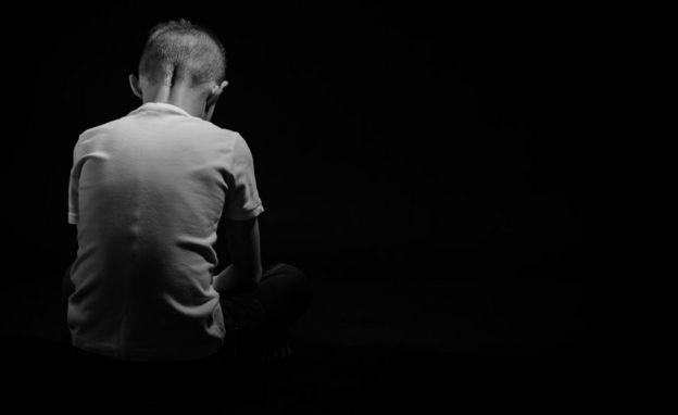 ребенок сидит в темноте