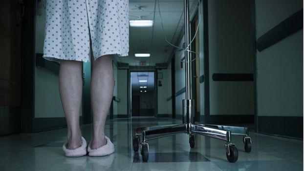 Piernas de una mujer en el hospital