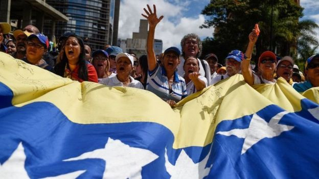 Venezolanos manifestándose.