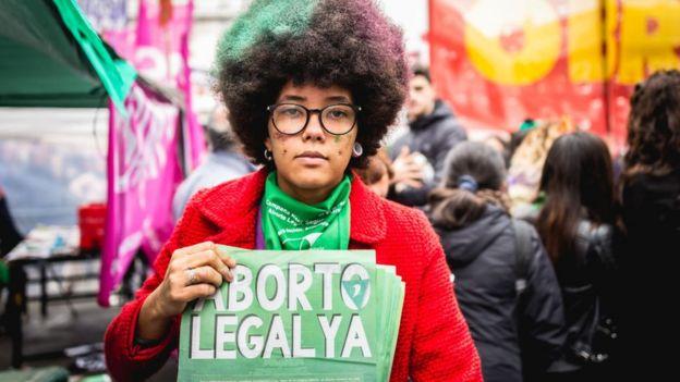 Mujer se manifesta por la legalización del aborto en Argentina.