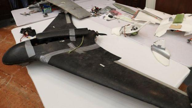 دأب الحوثيون على استخدام طائرات بدون طيار في هجماتهم في الآونة الأخيرة. وفي الصورة، حطام إحدى هذه الطائرات والتي تقول الإمارات إن الحوثيين استخدموها في معارك ضد قوات التحالف في اليمن منتصف 2018.