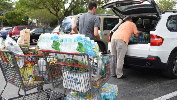 Compradores llevan agua y alimentos antes de la llegada de Irma a Florida