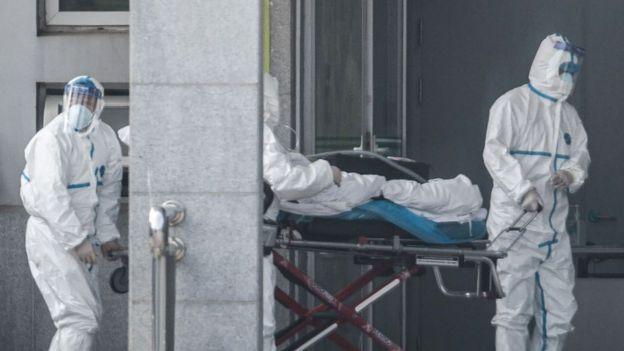 Médicos tratan a paciente infectado en China
