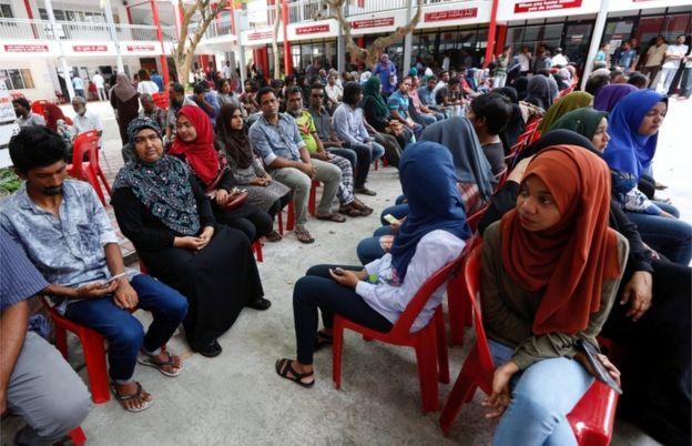 馬爾代夫人排隊等待投票