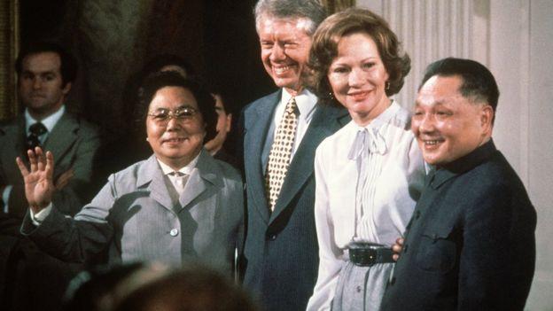 1979年1月,邓小平访问美国,穿着中山装与美国总统卡特会面。